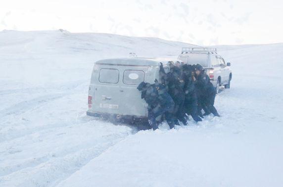 Увсад жирэмсэн эмэгтэйчүүд тээвэрлэж явсан эмнэлгийн машин цасанд суусныг гаргажээ