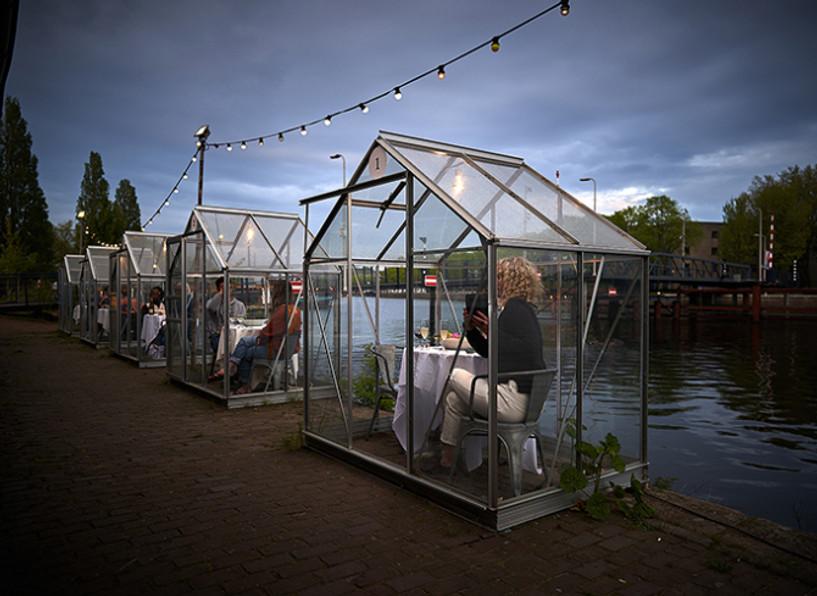 Амстердамын нэгэн ресторан цар тахлын үеэр ажиллах сонирхолтой шийдэл олжээ