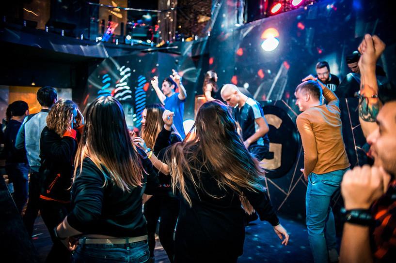 Берлин хотын клубууд нээгдсэн ч клуб дотор бүжиглэхийг хоригложээ