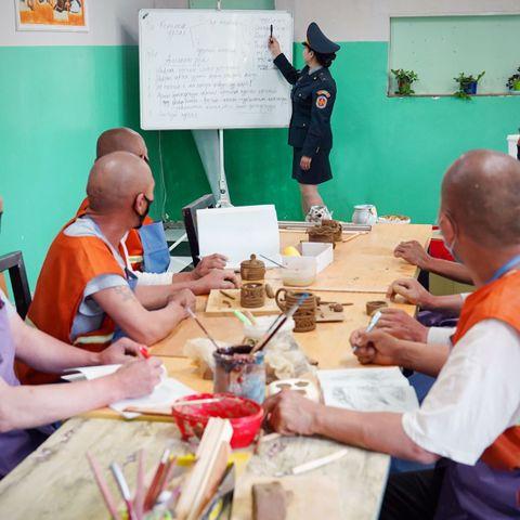 Хоригдлуудыг керамик урлалын сургалтад хамруулж байна
