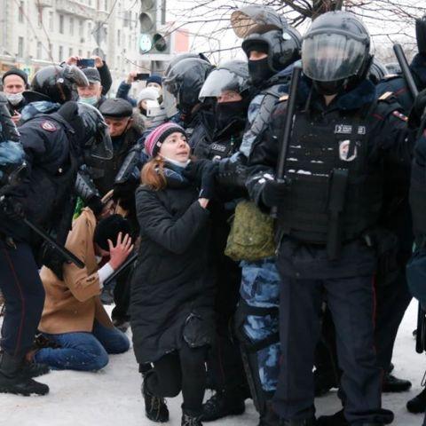 ОХУ-ын 60 гаруй хотод эсэргүүцлийн жагсаал болж 3000 гаруй хүн баривчлагдлаа