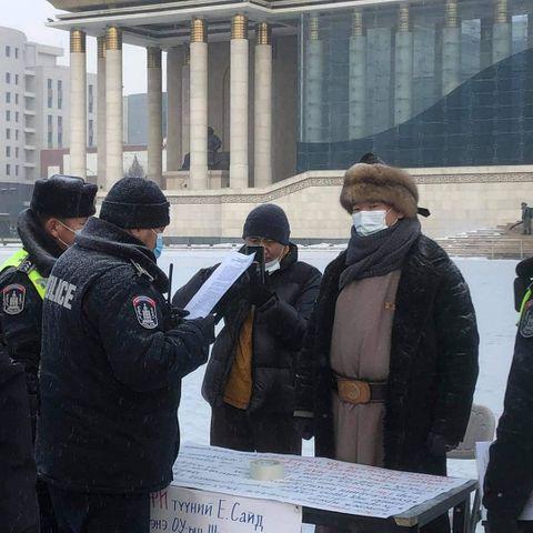 Өлсгөлөн зарлаж буй С.Ганбаатарт цагдаагийнхан хууль санууллаа
