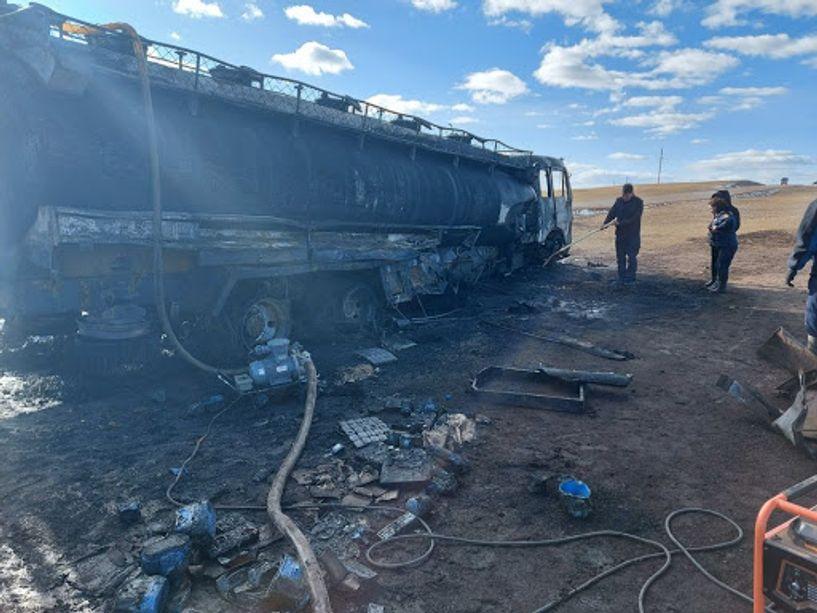 Ховдод 39 тн шатахуун тээвэрлэж явсан машин осолджээ