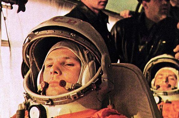 Өнөөдөр хүн төрөлхтөн анх удаа сансарт ниссэн өдөр