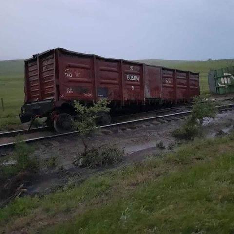 Үерийн улмаас 9 вагон замаас гарчээ
