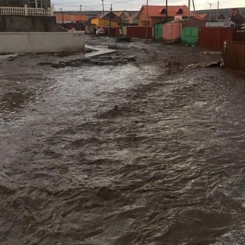 Өчигдөр орсон борооны улмаас 3 айлын гэр, 20 айлын хашаа нурж, усанд автжээ